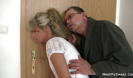 Дівчина заповнила з півнями приватне чеське порно