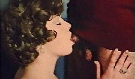 Дитина вставляє чеські порно актори фаллоімітатор в її рожева киска